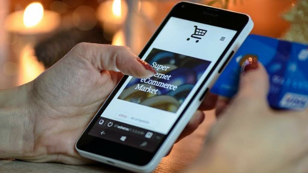 How to make an online store (image of an e-commerce site being browsed on a phone).
